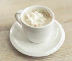 Warmer Eierlikör mit heißer Milch und Sahne